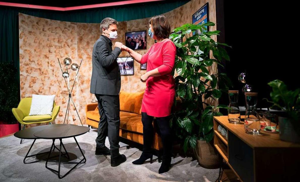 Die Bundesvorsitzenden Robert Habeck u...mmer-Kulisse beim digitalen Parteitag.  | Foto: Kay Nietfeld (dpa)