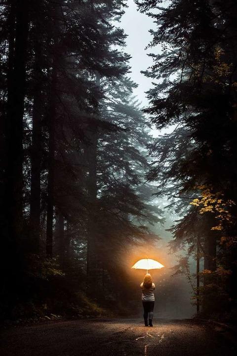 Helles Licht und Bewegung – ein Schutzschirm gegen den Herbstblues.  | Foto: Lorant  (stock.adobe.com)