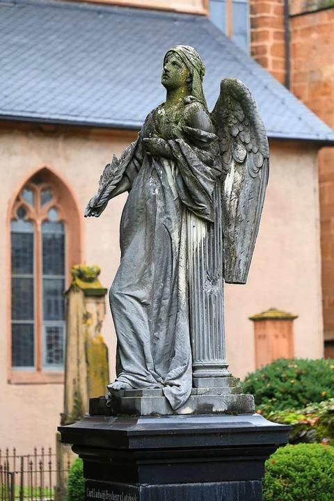 Engelsfiguren zieren viele Gräber der ...ter das Familiengrab der von Lotzbeck.  | Foto: Christoph Breithaupt