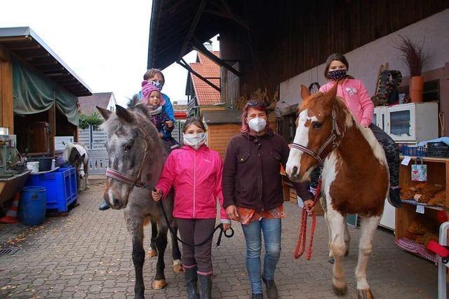 Nachbarn helfen corona-infizierter Großfamilie in Adelhausen