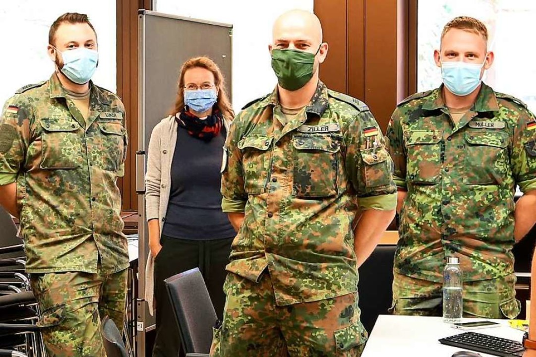 Drei von mehreren Bundeswehrsoldaten, die dem Gesundheitsamt beigesprungen sind.  | Foto: Landratsamt