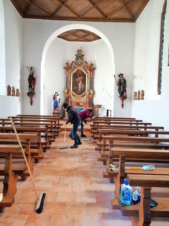 Die Ewattinger Landfrauen reinigten vo...den Innenbereich der  Wolfgangkapelle.  | Foto: Stefan Kech