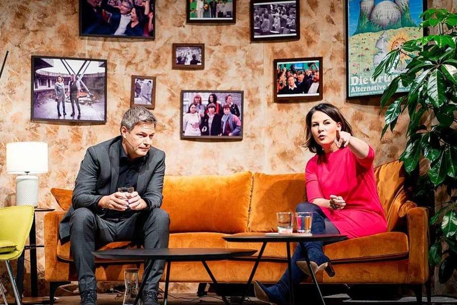 Die Grünen werden immer bürgerlicher: Die Chefs Robert Habeck und Annalena Baerbock präsentierten sich beim virtuellen Parteitag im Wohnzimmer-Ambiente. (Foto: Kay Nietfeld (dpa))