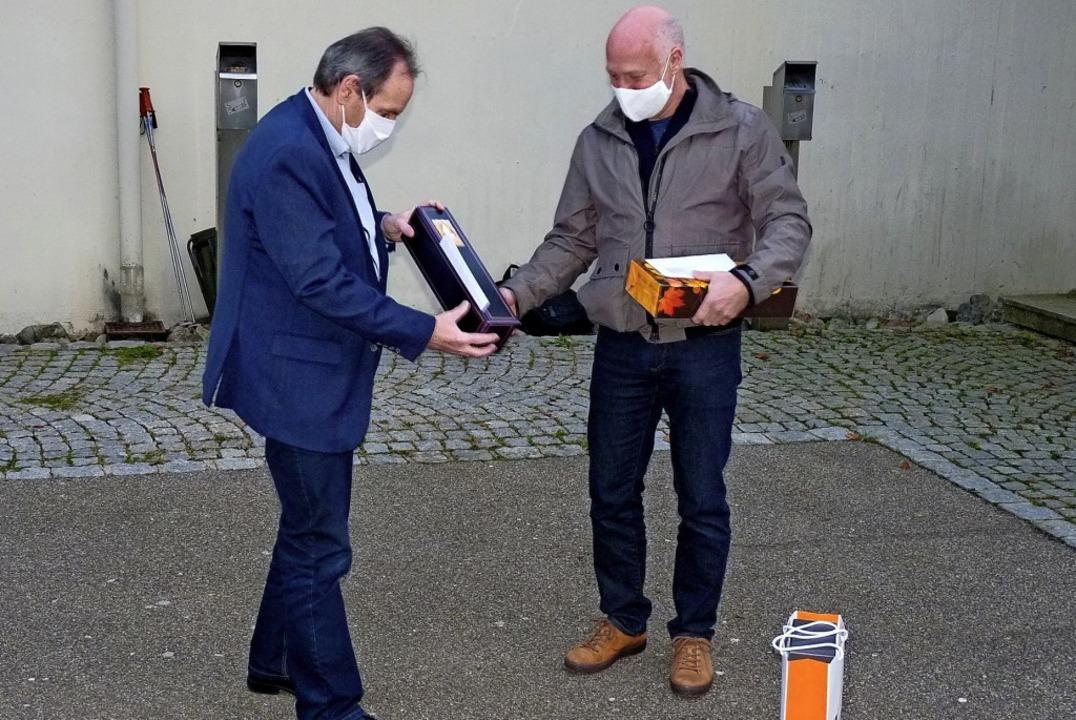Michael Engesser (rechts) nimmt gerühr...no Schmidt aus Häg-Ehrsberg entgegen.   | Foto: Dirk Sattelberger