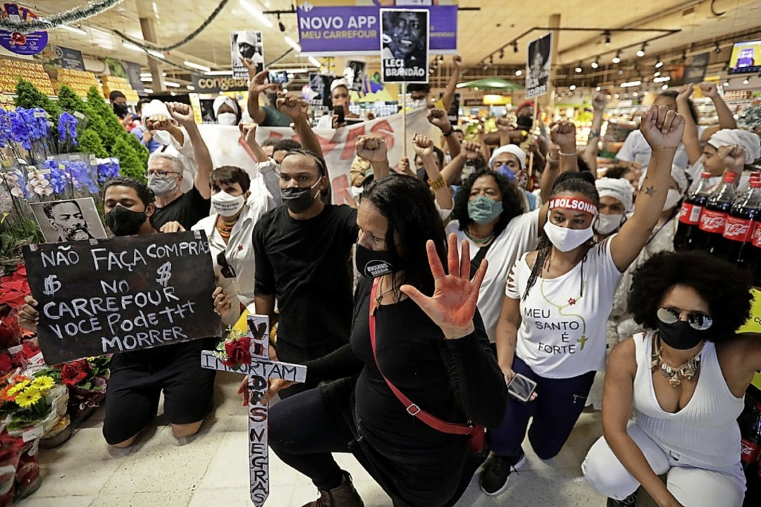 Protestaktion am Freitag in einem Supermarkt in der Hauptstadt Brasilia    Foto: Eraldo Peres (dpa)