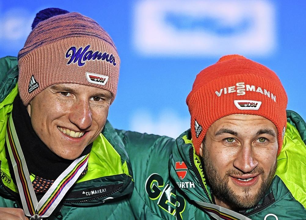 Doppelte Freude: Markus Eisenbichler (...en Teamkollegen Karl Geiger ganz vorn.  | Foto: Hendrik Schmidt (dpa)