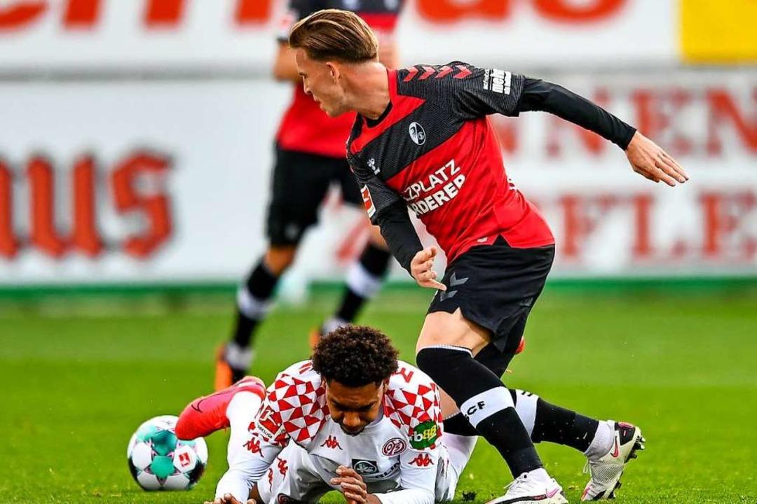 Obenauf waren Lino Tempelmann (hier ge... seine SC-Kollegen gegen Mainz selten.  | Foto: SC Freiburg/Achim Keller