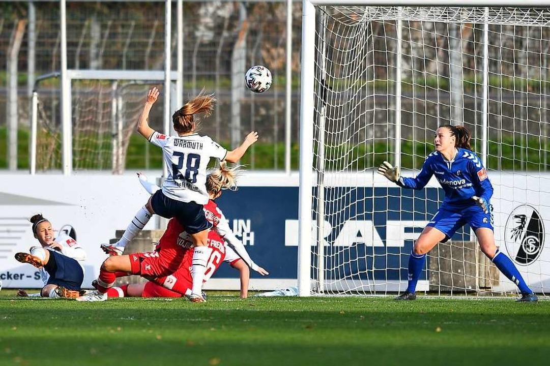 SC-Torhüterin Lena Nuding ohne Chance: Hier kassiert sie den Treffer zum 0:2.    Foto: Achim Keller