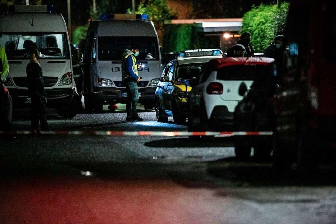 Polizisten sichern den Tatort. Nach me...end einen Tatverdächtigen überwältigt.    Foto: Fabian Strauch (dpa)