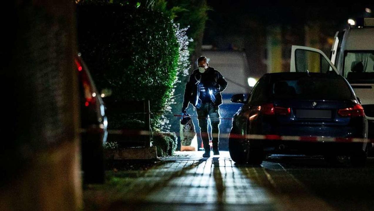 Ein Polizist ist am Tatort im Einsatz....end einen Tatverdächtigen überwältigt.    Foto: Fabian Strauch (dpa)