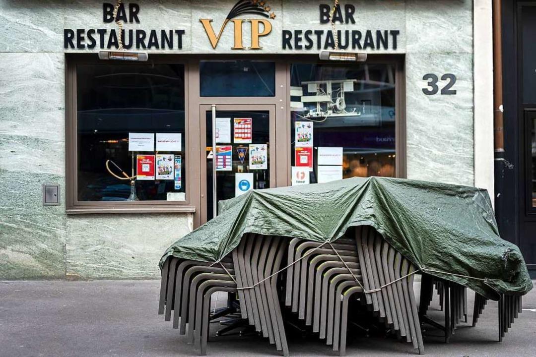 Tische und Stühle stehen vor dem geschlossenen Restaurant VIP.    Foto: Georgios Kefalas (dpa)