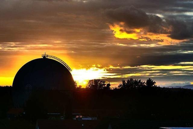 Hinter der Gaskugel von Betzenhausen geht die Sonne unter