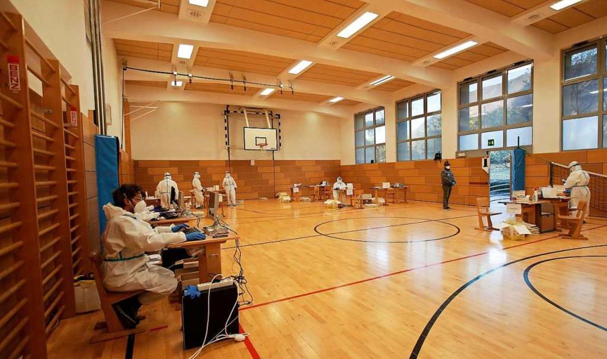 Medizinisches Personal wartet in der T... sich auf Corona testen lassen wollen.  | Foto: Antonio Calanni (dpa)