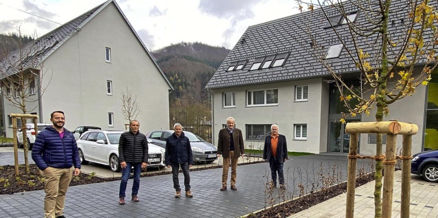 Die Bürgermeisterstellvertreter Matthi...germeister Palme (von links) am Ahorn.    Foto: Hans-Jürgen Hege