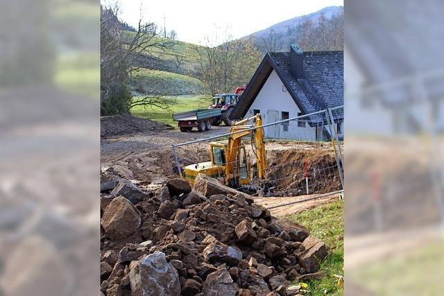 Feuerwehr gräbt zwei neue Behälter ein