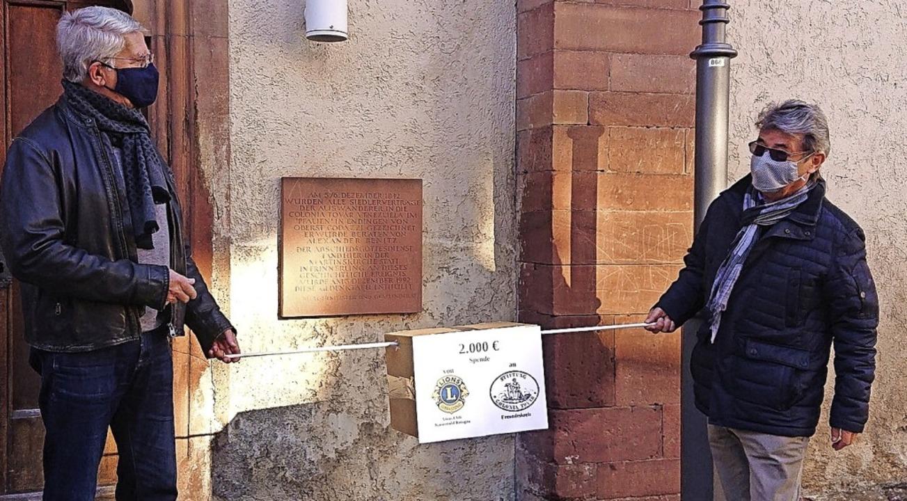 2000 Euro Spende für Hilfslieferungen ...es Freundeskreises der Colonia Tovar.     Foto: Lions Club Kaiserstuhl Breisgau