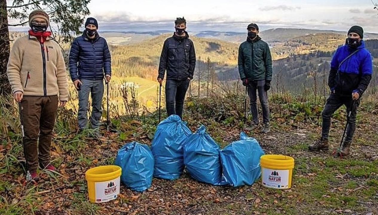 Die Schwarzwälder Jungs bei ihrer Müllsammelaktion.   | Foto: privat