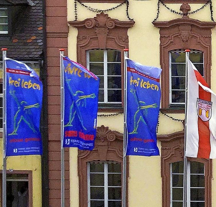 Mit wehenden Fahnen wird  in Offenburg...it Stadt und Frauennetzwerk dabei ist.    Foto: Stadt Offenburg