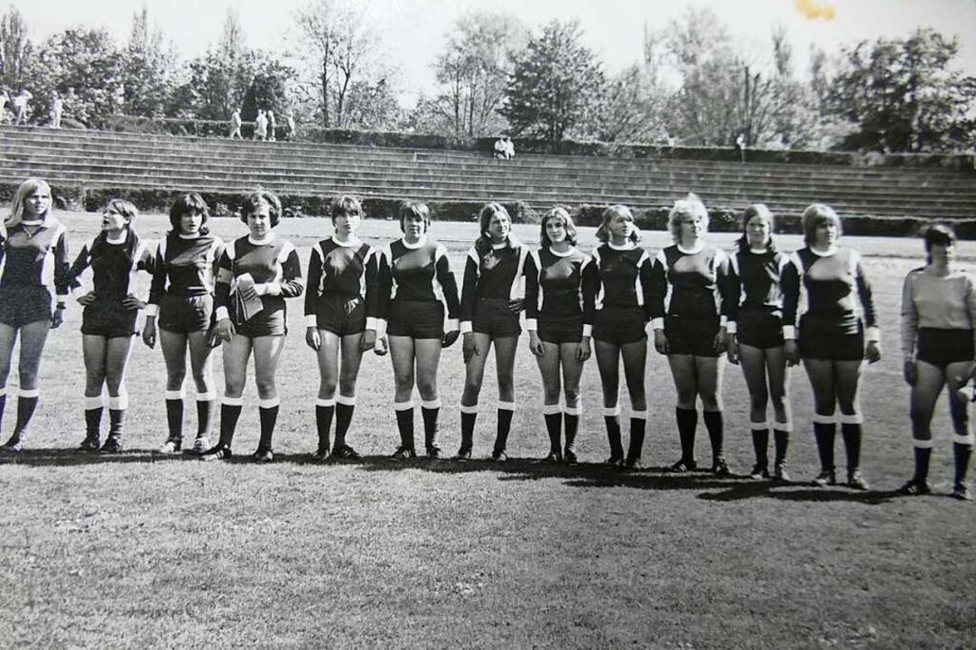 Die Frauenmannschaft des VfR 1972 in K...ie Zweite von links ist Regina Scholz.  | Foto: Verena Pichler