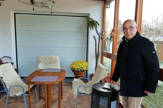Löffinger Rechtsanwalt empfängt Mandanten in Outdoor-Büro