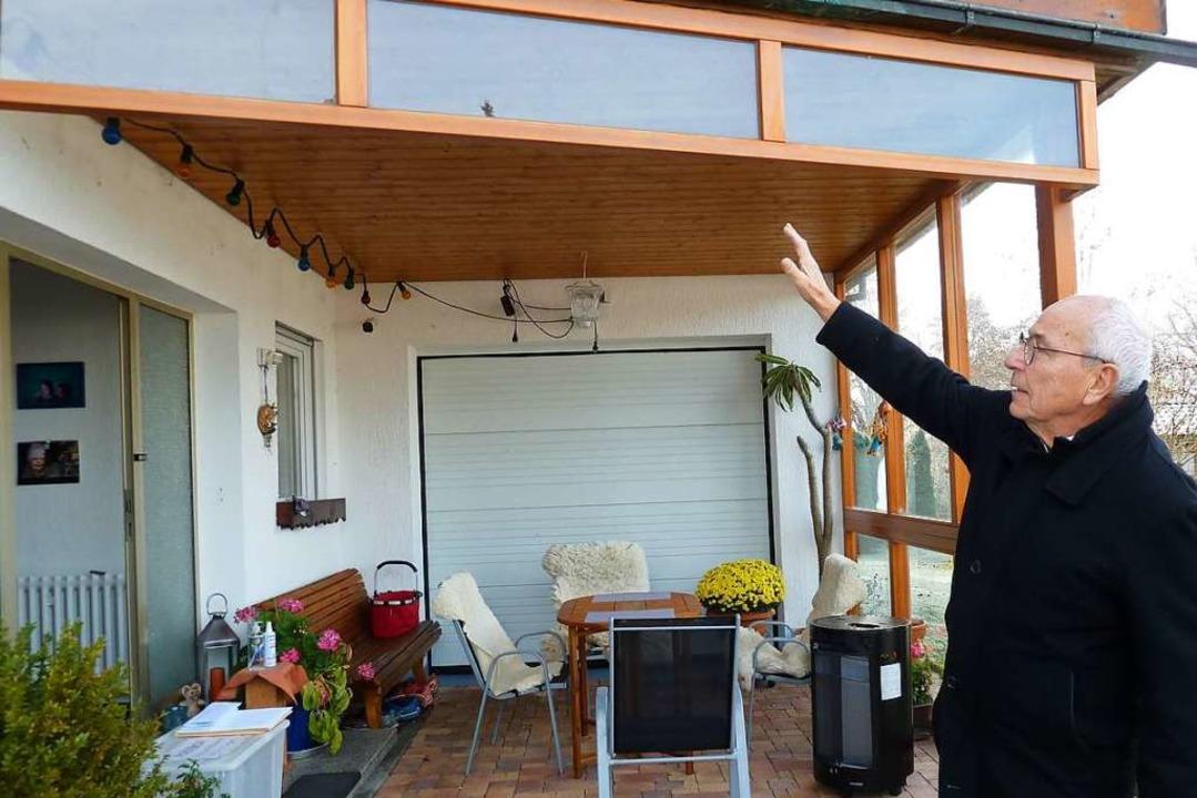 Gegenüber der Hauswand schützt eine gr...t aber auch für  Licht und Durchblick.    Foto: Heidrun Simoneit