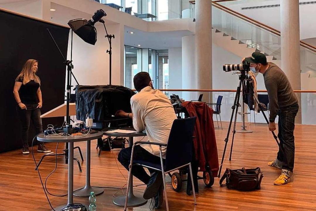 """""""Du stehst da, ich steh hier.&#8...Groteloh bei der Arbeit im Konzerthaus    Foto: Gina Kutkat"""