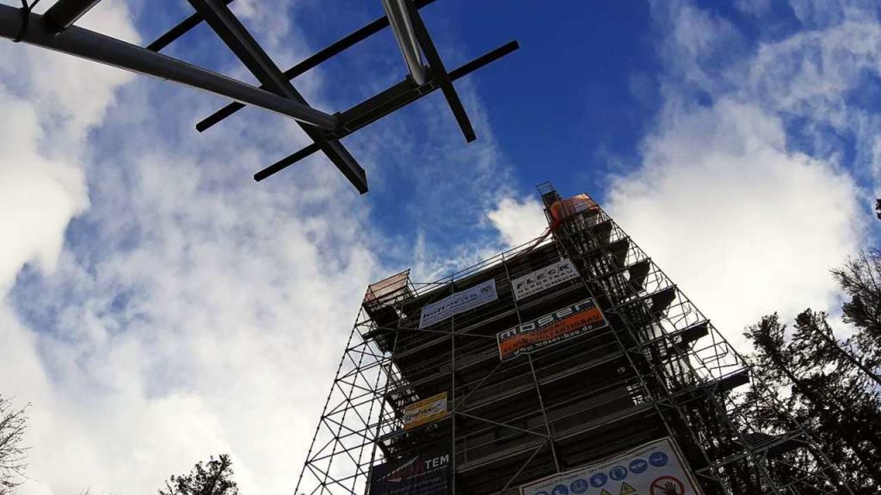 Auf Abstand montiert:  Der Betonturm d...  Anlaufgerüst passen nicht  zusammen.  | Foto: Johannes Bachmann