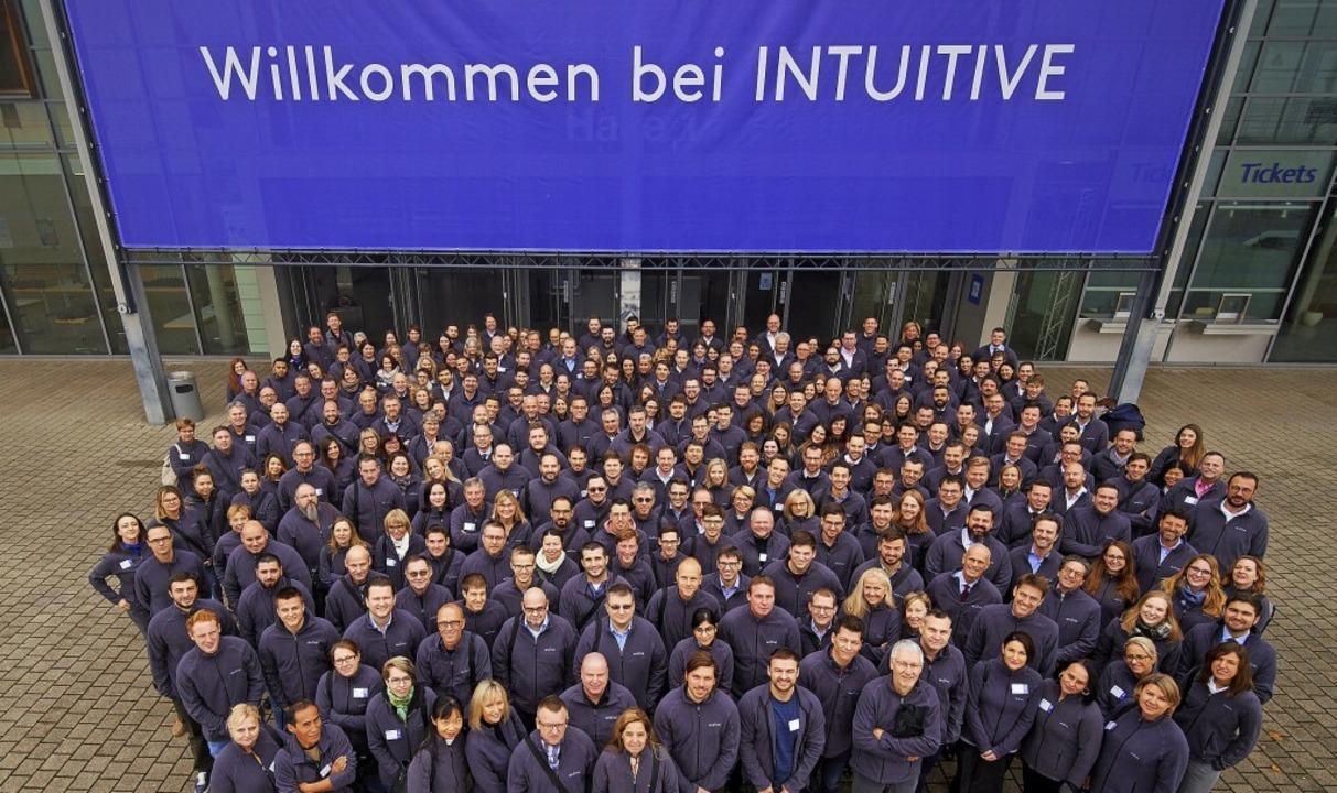 Willkommen bei Intuitive: Das Team hin...hlreiche Arbeitsplätze geschaffen hat.  | Foto: Otuive Surgical Deutschland