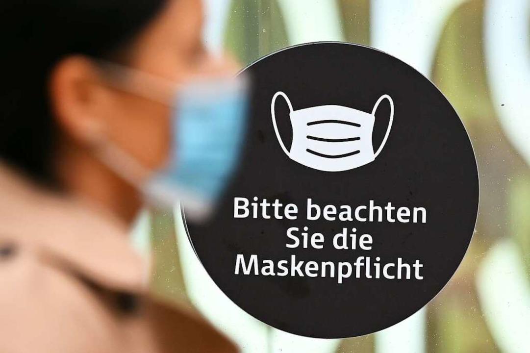 Das Tragen einer Mund-Nasen-Bedeckung ...entlichen Einrichtungen verpflichtend.  | Foto: Arne Dedert (dpa)