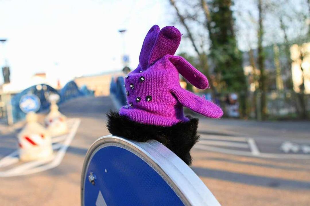 Naht der Winter, tauchen zuverlässig d...lorenen Handschuhe im Straßenbild auf.  | Foto: Oliver Huber