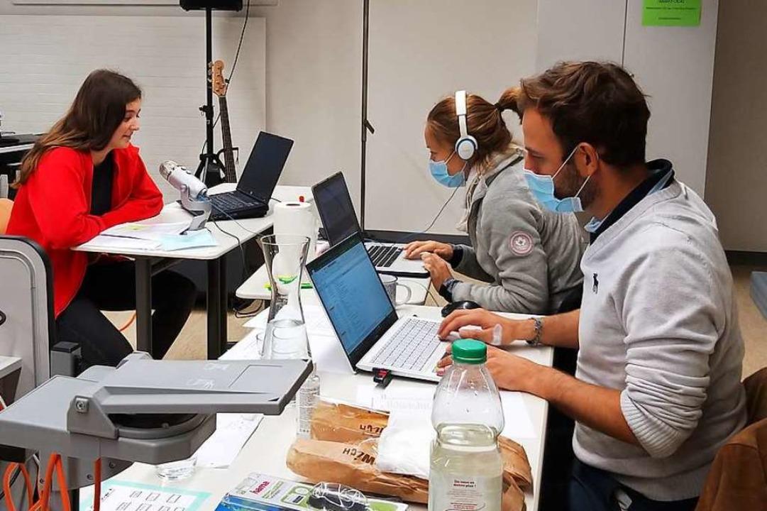 Kant-Schülerin Hannah Schwabe (links) ...ten und mit den Nutzern kommunizieren.  | Foto: Privat