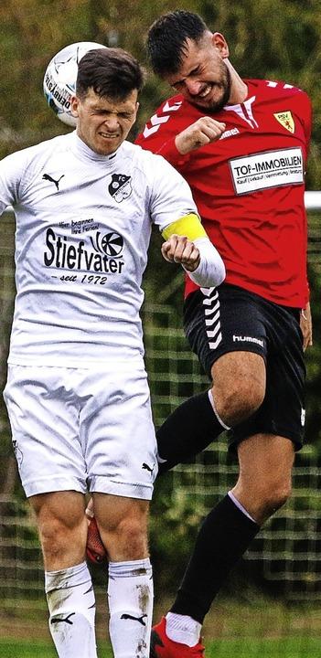 Im Abstiegskampf: Benedict Schneider (... gegen Fabian Venturiero (Rheinfelden)  | Foto: Matthias Konzok