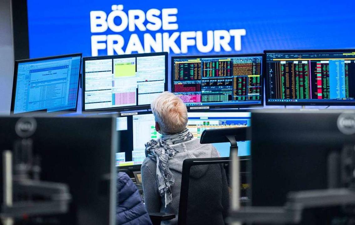 Eine Händlerin sitzt im Handelssaal de...ndex Dax von 30 auf 40 Mitglieder auf.  | Foto: Frank Rumpenhorst (dpa)