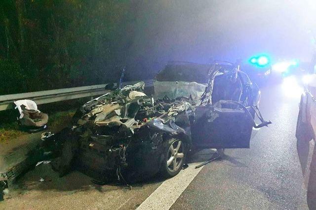 Gestohlener Lastwagen schleift Auto kilometerweit mit – Unfallfahrt endet auf der A5 bei Riegel