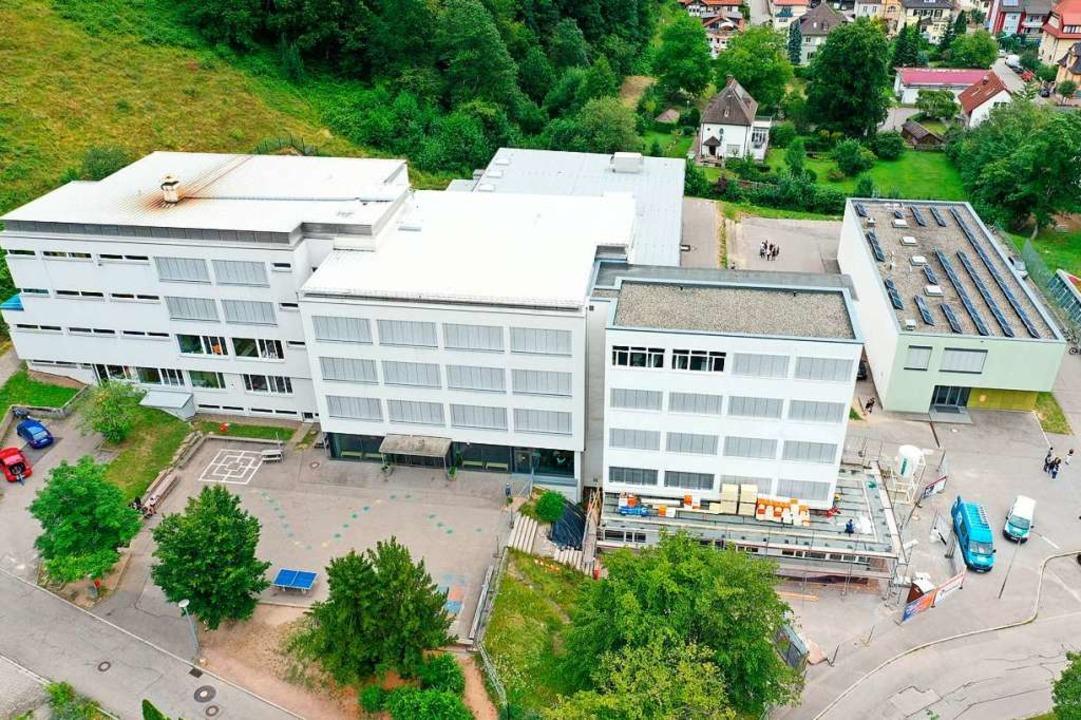 Eine der größten und wirtschaftlichste...Dächer der Montfort-Realschule kommen.  | Foto: Martin Klabund