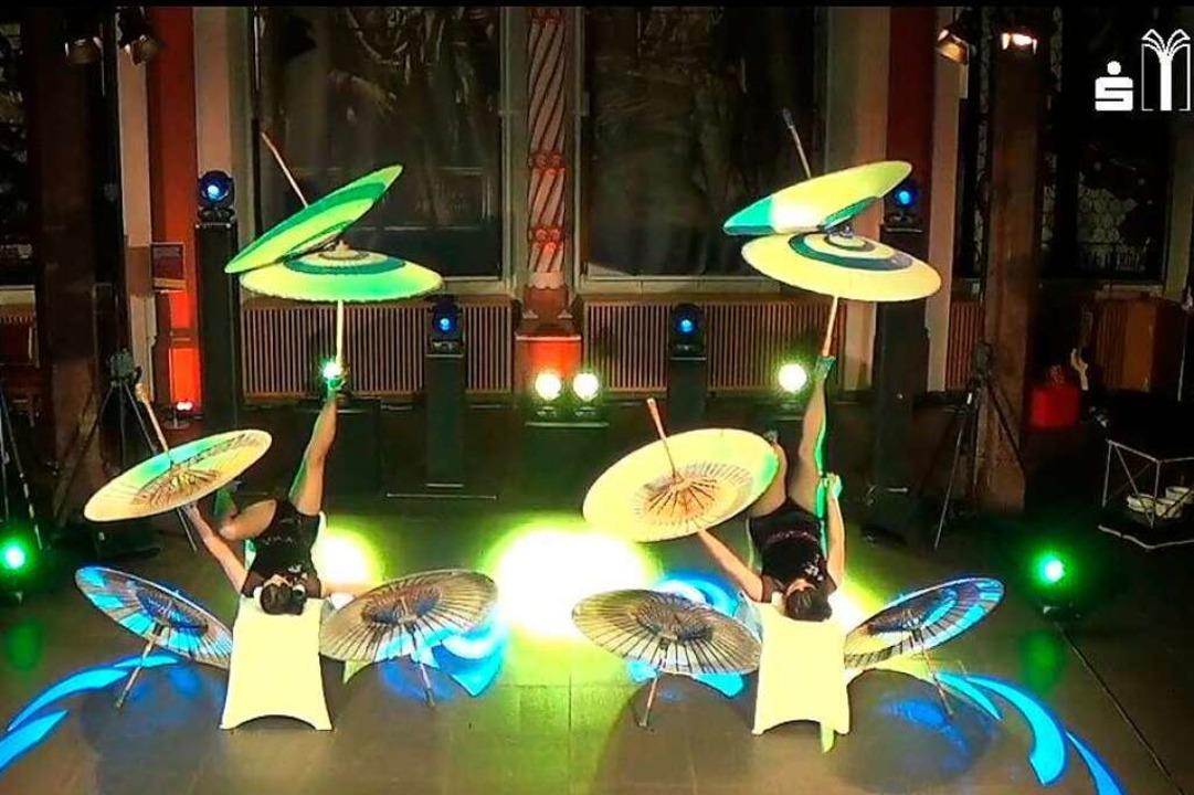 Die akrobatische und zirzensische Show...n Bildschirmen zum Staunen und Lachen.  | Foto: inFreiburgzuhause - Meckelhalle, Sparkassen-FinanzZentrum