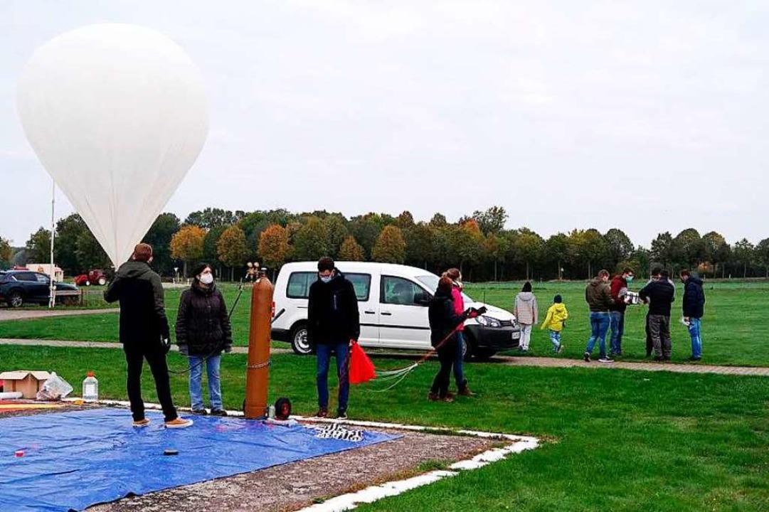 Für ihren Stratosphärenflug befüllen S...ule Offenburg einen Ballon mit Helium.  | Foto: Hochschule