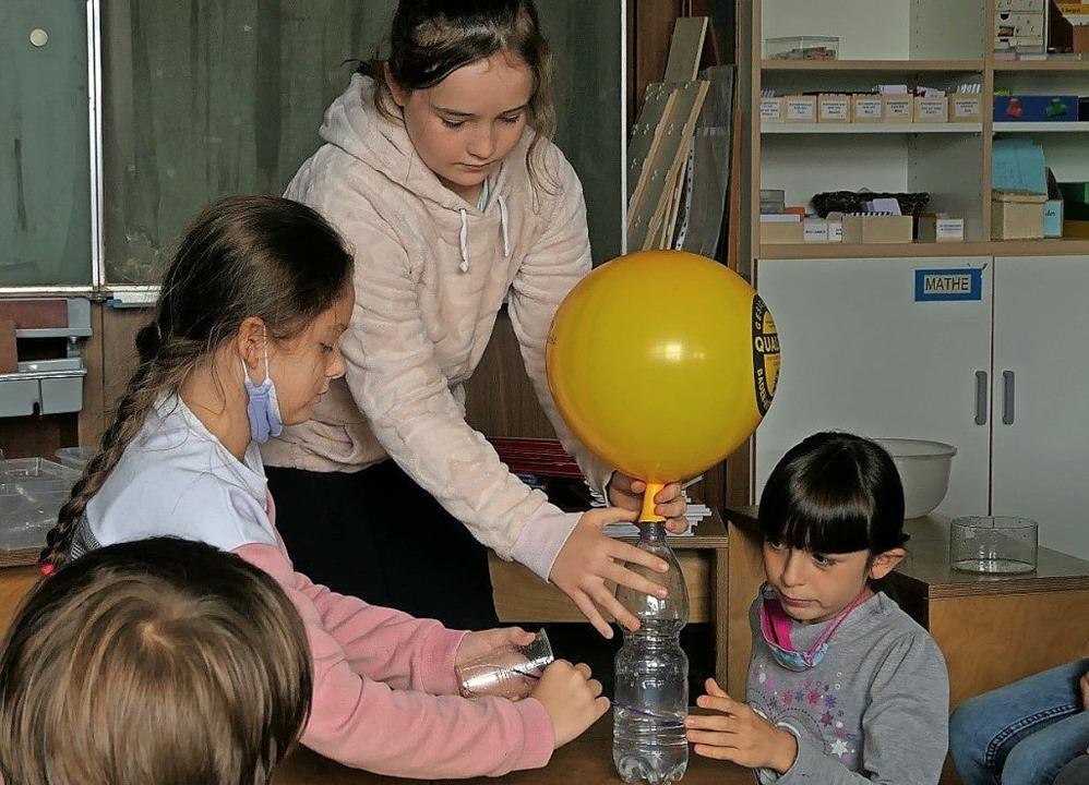 Die Mädchen bastelten einen Wasserspender.   | Foto: Privat