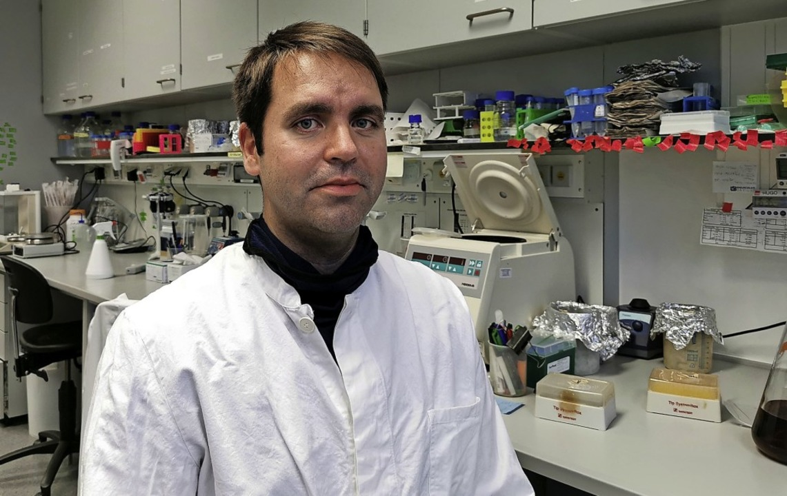 Biochemiker Frank Edlich an seinem Arbeitsplatz im Labor     Foto: Privat