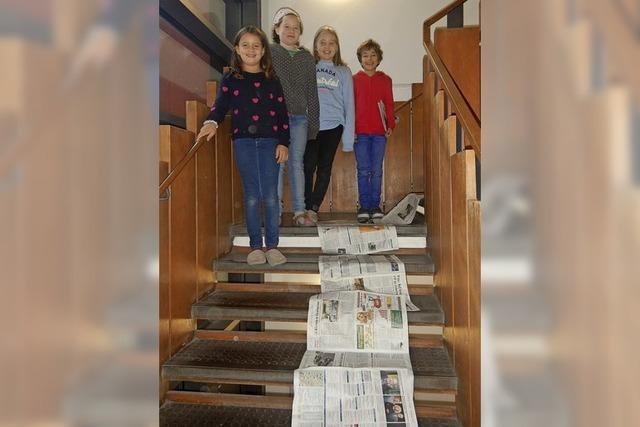 Zeitungskette im Treppenhaus
