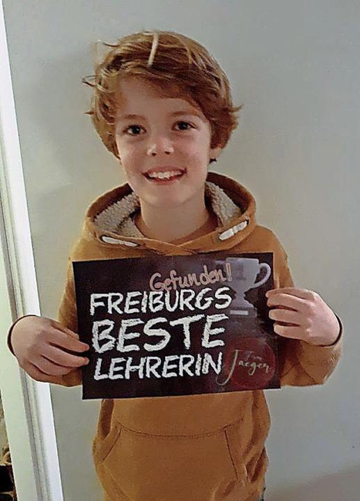 """Jona Borchardt hält das Schild, mit de..."""" in der Schule empfangen haben.    Foto: Privat"""