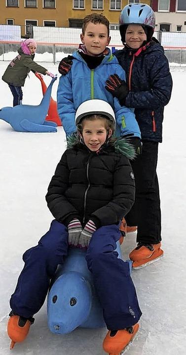 Blumberg on Ice: Marius Albiez und Lar... mit dem Robbentaxi über die Eisbahn.     Foto: Melanie Albiez