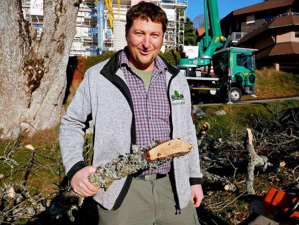 Baumkontrolleur Felix Faller mit einem morschen Ast der Esche.   | Foto: Eva Korinth