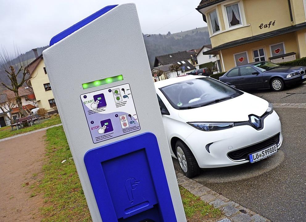 Ladesäulen wie hier in Schönau sind Voraussetzung für das Fahren mit E-Autos.    Foto: Sattelberger
