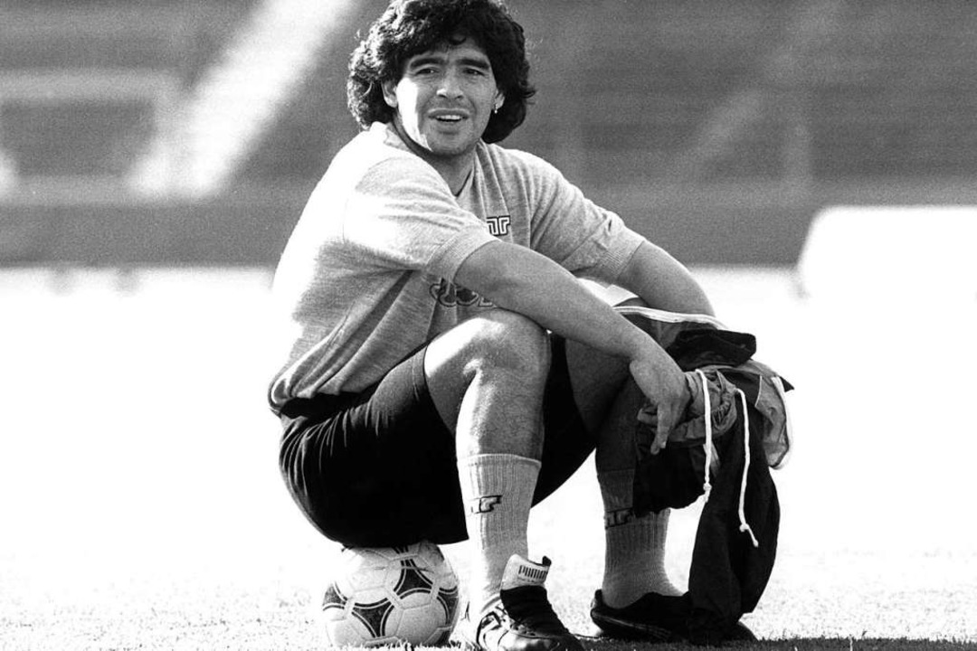 Diego Armando Maradona bei einer Trainingspause.  | Foto: Norbert Försterling (dpa)