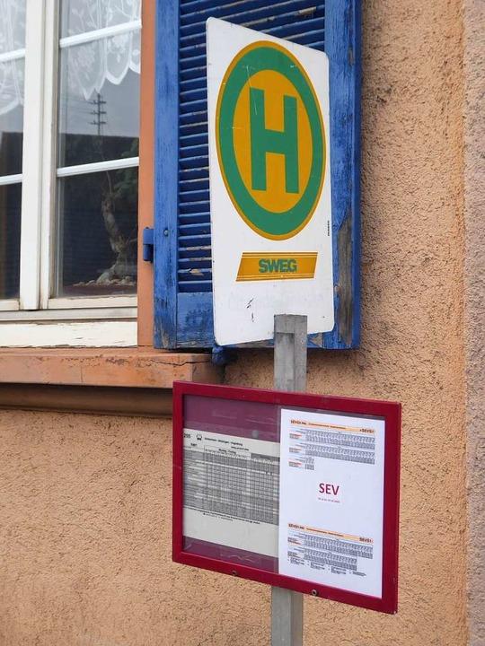 Die Fahrpläne für den Ersatzverkehr (S...en, wie hier in Gottenheim, schon aus.  | Foto: Manfred Frietsch