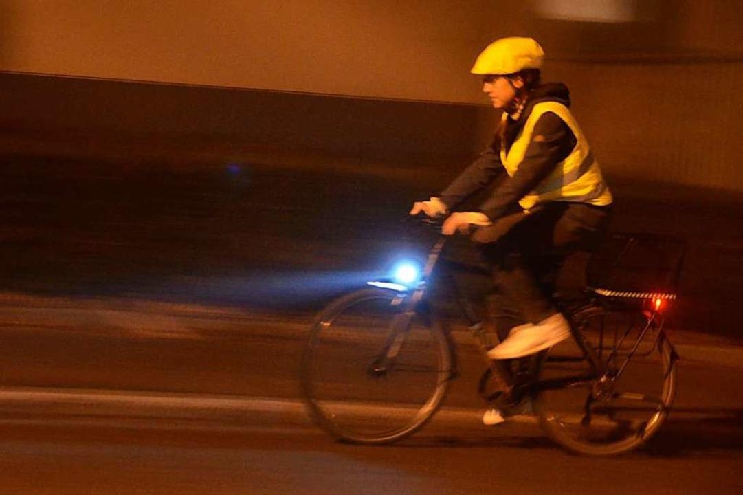 Leuchtende Kleidung und Reflektoren können gute Dienste leisten.  | Foto: Kathrin Blum