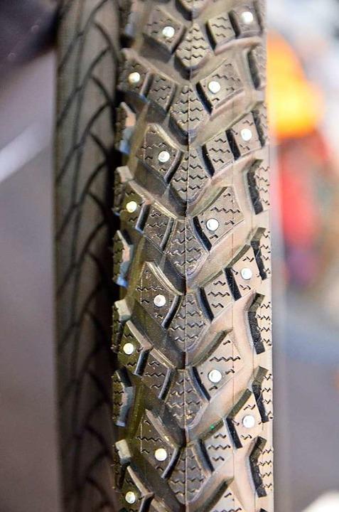 Nur für richtige Wintertage: Reifen mit Metallspikes  | Foto: Kathrin Blum