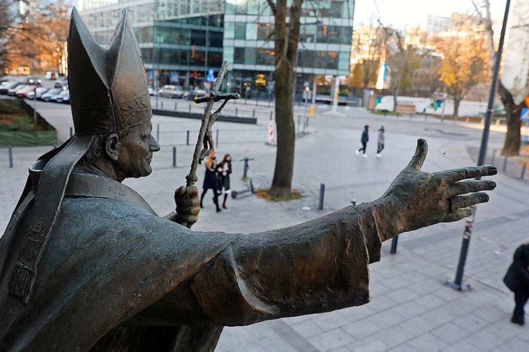 Statue des aus Polen stammenden  Papstes Johannes Paul II. in Warschau  | Foto: Tomasz Gzell (dpa)
