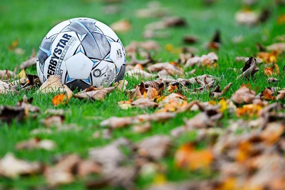 Herbststimmung im Amateurfußball: Auch...verabschiedet sich in die Winterpause.  | Foto: Patrick Seeger